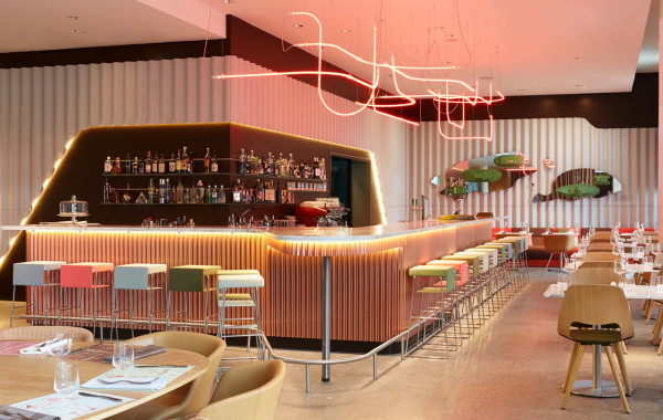 Un hotel moderno y desenfadado en z rich for Quick home bar design ideas