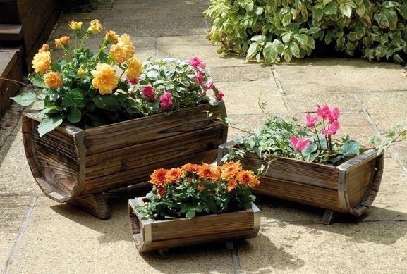Macetas con barriles de vino para tu jard n for Como decorar un jardin con macetas
