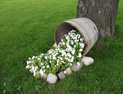 Macetas con barriles de vino para tu jard n for Rincones de jardines pequenos