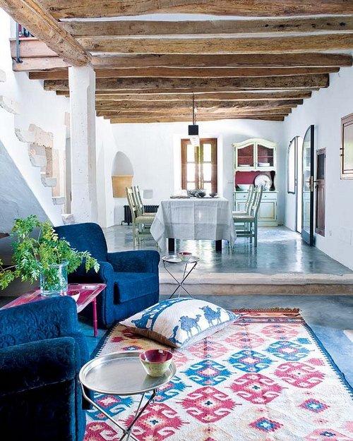 Salones y patios en estilo mediterr neo for Muebles para patios interiores