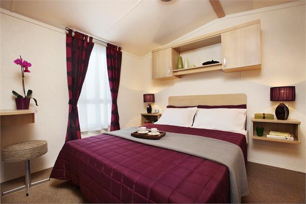 Pinceladas de rojo burdeos en el dormitorio for Dormitorio granate