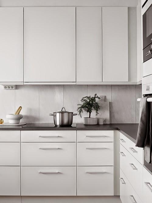 de muebles blancos y encimera gris oscuro Presenta el frontal en gris