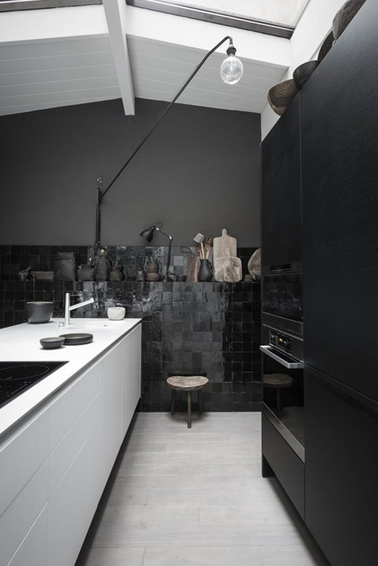10 preciosas cocinas decoradas en negro for Suelo negro brillante