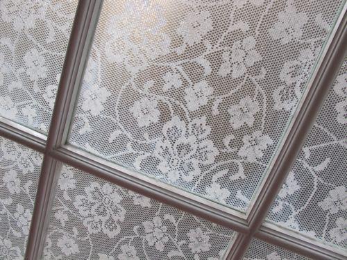 Un peque o truco para decorar ventanas con encaje - Pintar cristales de puertas ...