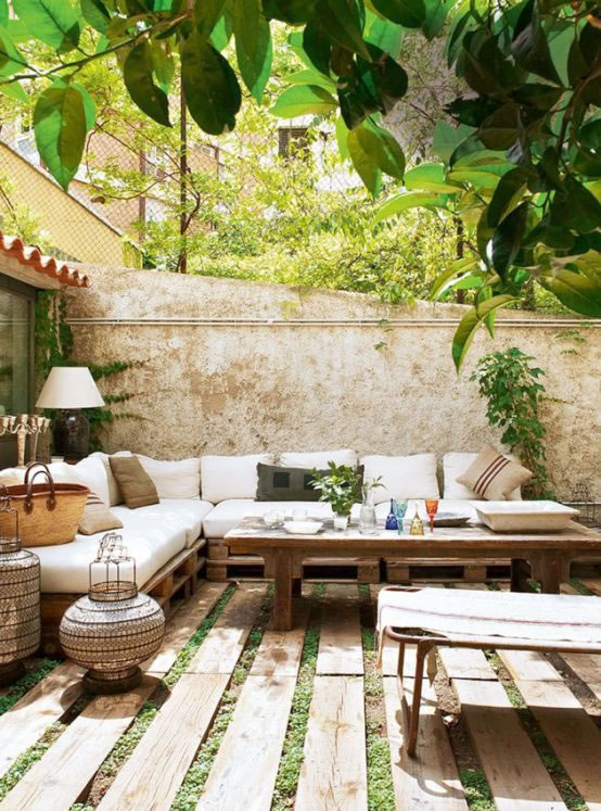 Patios y terrazas de estilo mediterr neo for Muebles para patios interiores