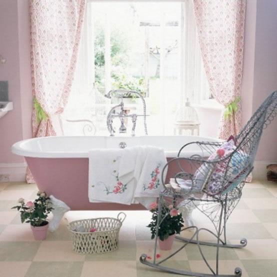 Baños con una delicada decoración de estilo femenino