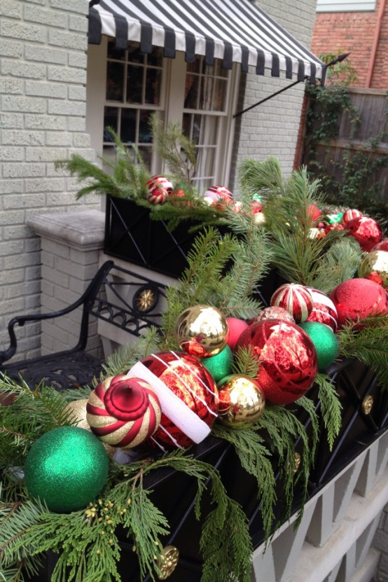 17 ideas para decorar tu balc n esta navidad for Escalera madera adorno