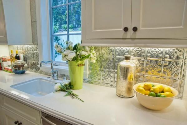 Llamativos frentes de cocina en diversos materiales for Material de cocina profesional