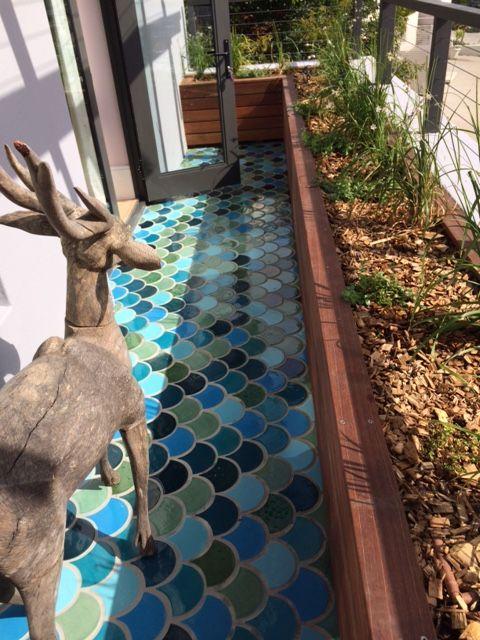 La belleza y estilo de los azulejos en escama de pez for Azulejos terrazas patios
