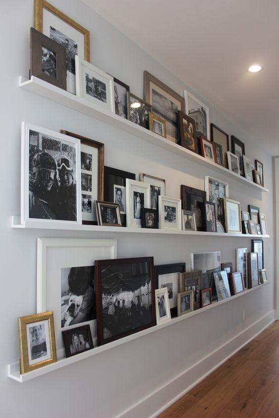Ideas para decorar con estantes para cuadros - Composicion marcos pared ...