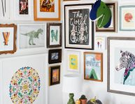 imagen Ideas para decorar paredes con marcos y cuadros de colores