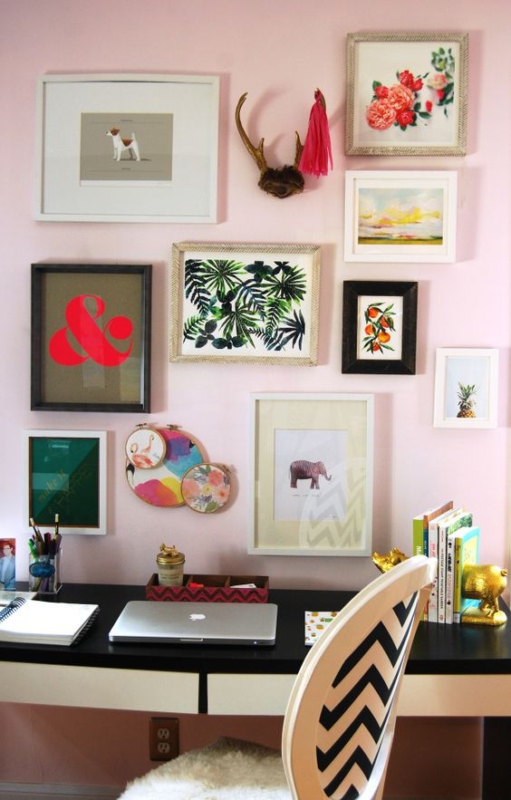 Ideas para decorar paredes con marcos y cuadros de colores for Decoracion de paredes con cuadros