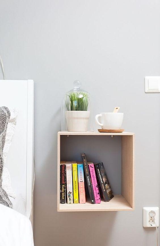para los grandes lectores nada como esta sencilla estantera en forma de cubo para tener una buena reserva de lectura siempre a mano