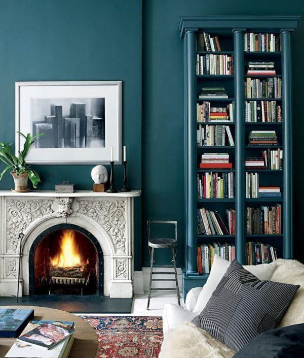 al pintar la biblioteca del color de la pared conseguimos el efecto de que est empotrada lo cual siempre nos conviene visualmente una buena idea para