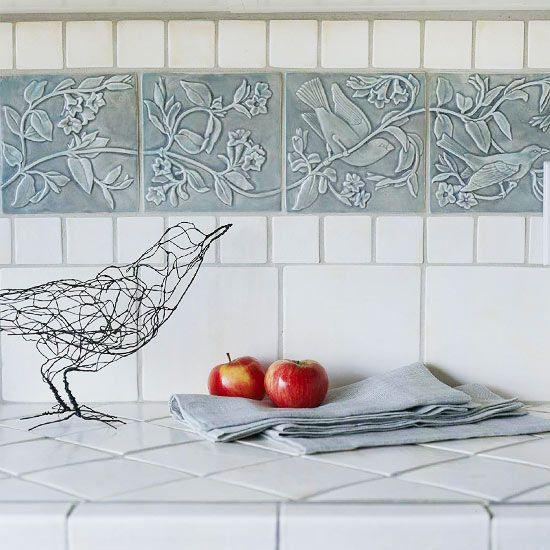 en esta cocina se ha preferido usar baldosas de cemento para la encimera y usar azulejos tipo mosaico para el frente