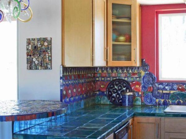 color y brillo para una cocina que desde luego no pasa se ha dejado el color liso para la encimera y la combinacin de motivos y colores para