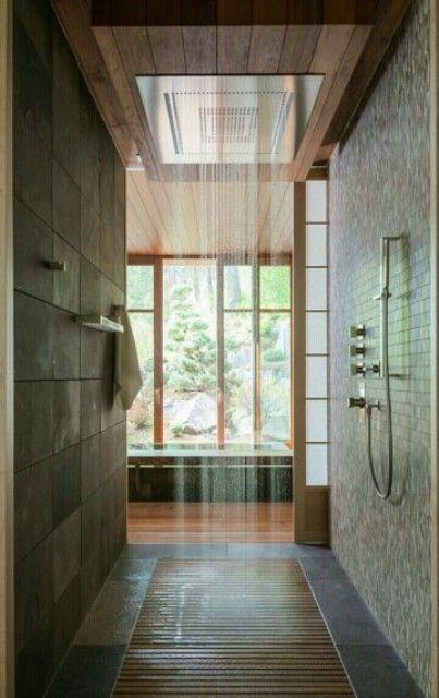 fantstica ducha tipo lluvia con suelo de madera aunque an permite disfrutar de la vista exterior gracias a los grandes ventanales - Duchas Grandes