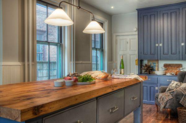 en esta cocina de estilo tradicional se ha reservado el uso de la encimera de madera para esta mesaisla metlica es una gran combinacin y muy prctica
