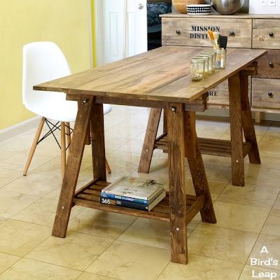 25 propuestas de escritorios diy para tu oficina en casa for Bancos de madera ikea