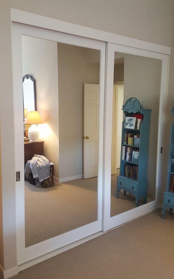 Ten un armario con puertas de espejo for Espejo grande habitacion
