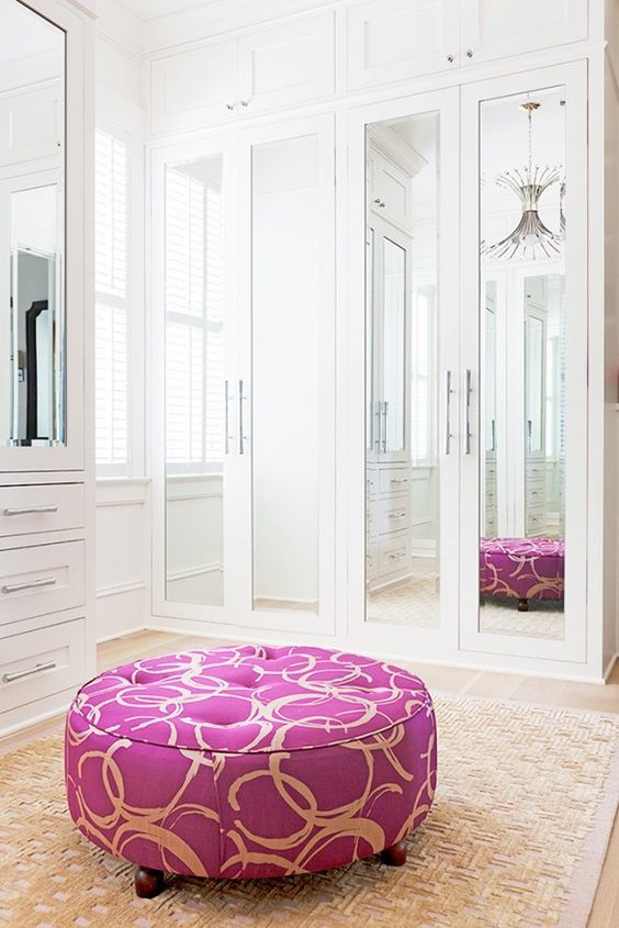 Ten un armario con puertas de espejo