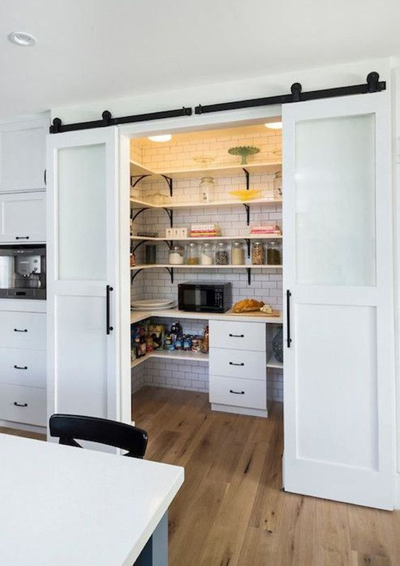 crear una despensa en la cocina es fcil si cerramos un rincn de la misma con unas puertas correderas de este estilo