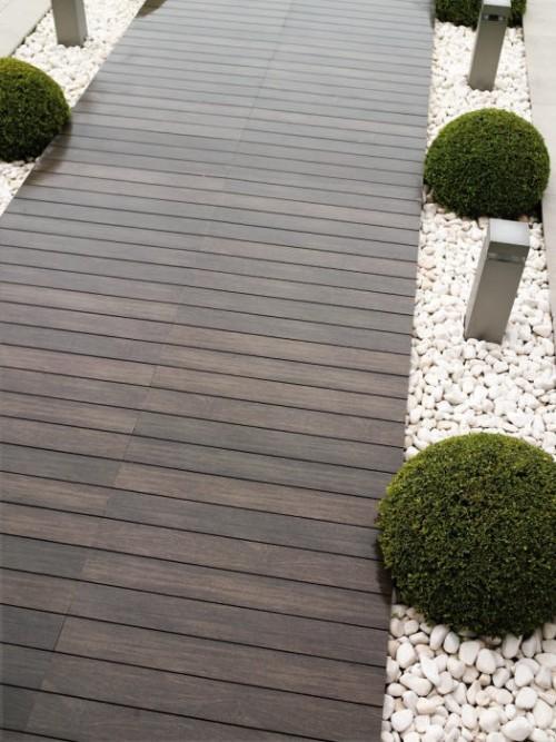 Preciosas ideas de caminos de jard n con madera - Gravas para jardin ...