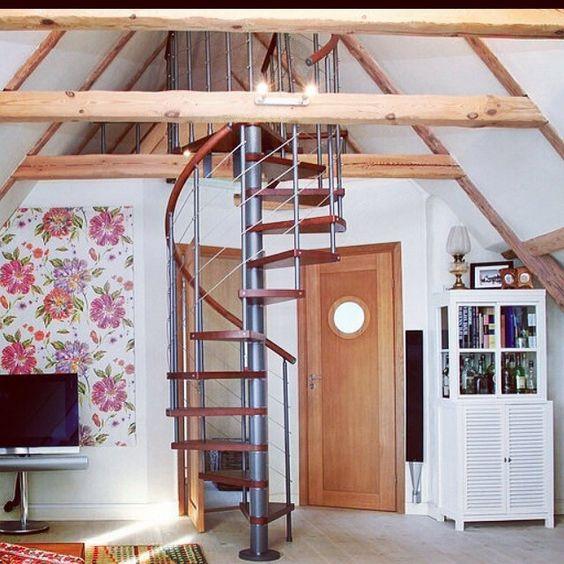 Ideas para decorar tu casa con una escalera de caracol for Casas con escalera caracol