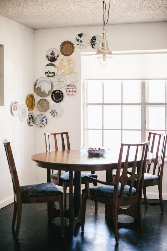 la disposicin de los platos es tan importante como su estampado o color aqu tenemos un diseo ascendente que abarca las dos paredes de esta esquina