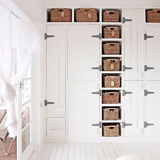 esta coleccin de pequeas cestas queda genial en este armario dndole un aire desenfadado y rstico