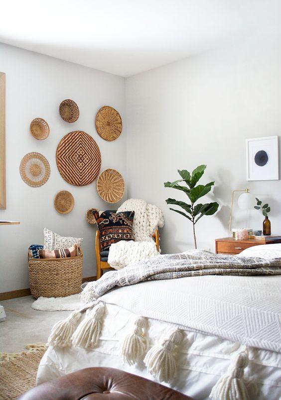 pasamos a una estancia privada como es la habitacin y aqu tambin podemos echar mano de las cestas para decorar la pared del cabecero de la cama o