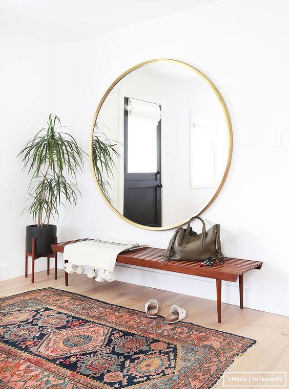 el banco de madera estilo aos y la alfombra al espejo para crear un recibidor de