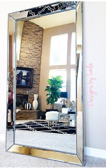el banco de madera estilo aos y la alfombra al espejo para crear un recibidor de aire clsico