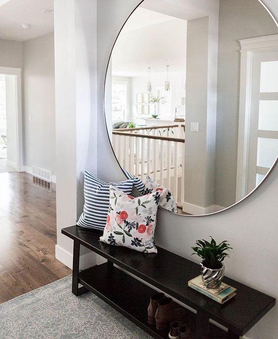 Espejos grandes para decorar el recibidor for Espejos redondos con marco de madera