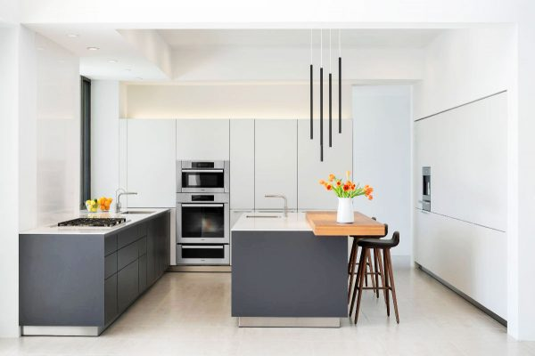Ten una elegante cocina en blanco y gris for Cocinas blancas y grises