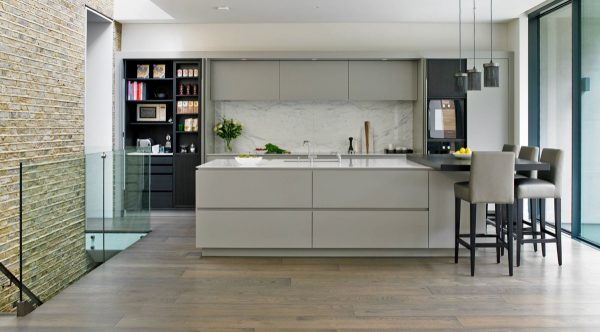Ten una elegante cocina en blanco y gris