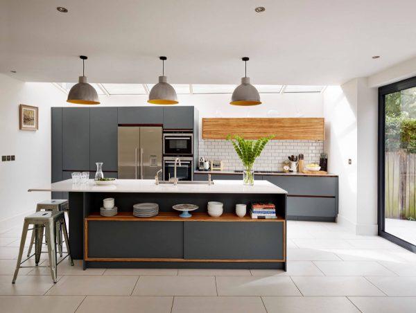 Ten una elegante cocina en blanco y gris for Cocina color gris y madera