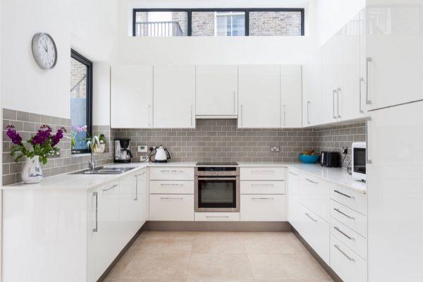 Ten una elegante cocina en blanco y gris for Cocinas modernas en gris y blanco