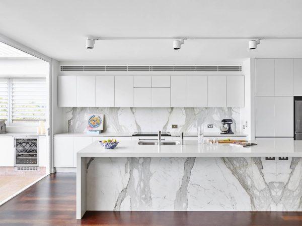 Ten una elegante cocina en blanco y gris for Marmol blanco para cocina