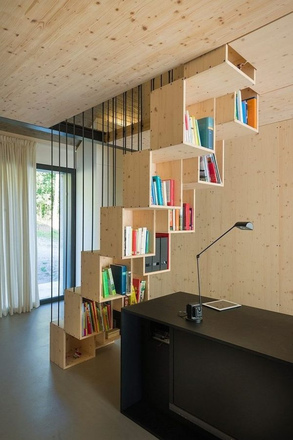 en muy poco espacio tenemos una escalera una librera y un escritorio una oficina en casa en menos de un par de metros cuadrados