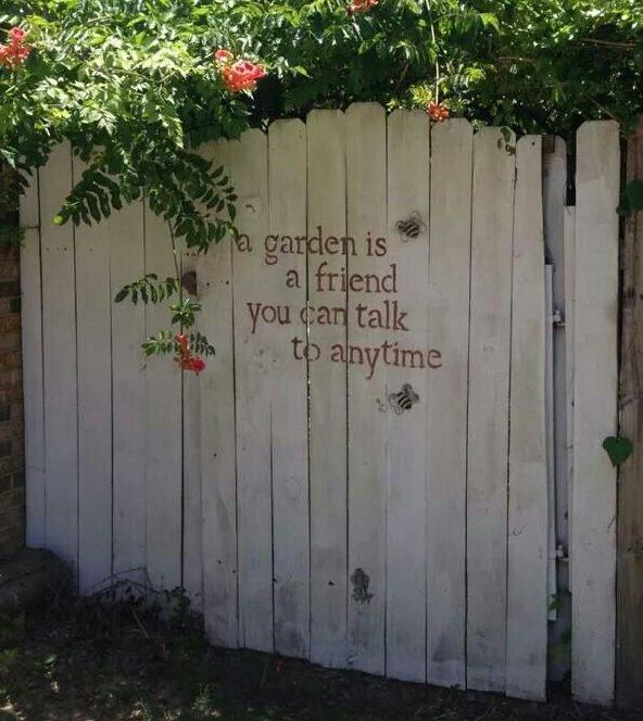 14 ideas diy para decorar la valla del jard n for Decoracion vallas jardin