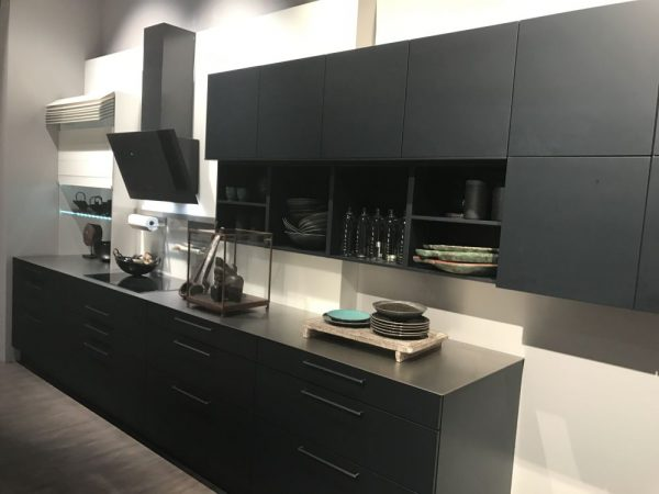 Ten un moderno mueble de cocina en color gris for Colores para gabinetes de cocina