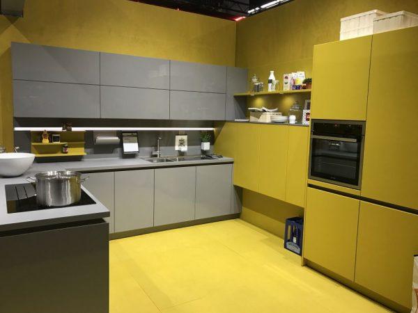 Ten un moderno mueble de cocina en color gris for Muebles para cocina modernos