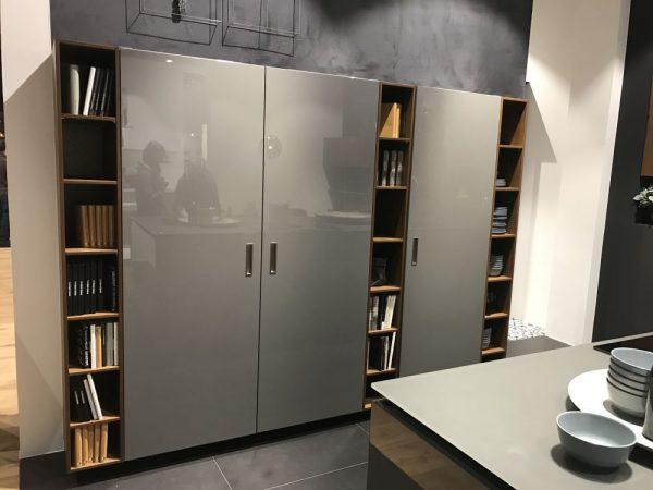Ten un moderno mueble de cocina en color gris for Combinar muebles de distintos colores