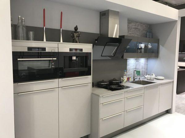 Ten un moderno mueble de cocina en color gris for Cocinas claras modernas