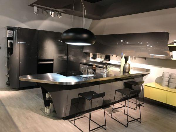 Ten un moderno mueble de cocina en color gris for Muebles cocina comedor modernos
