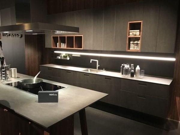 Ten un moderno mueble de cocina en color gris for Acabados de muebles de cocina