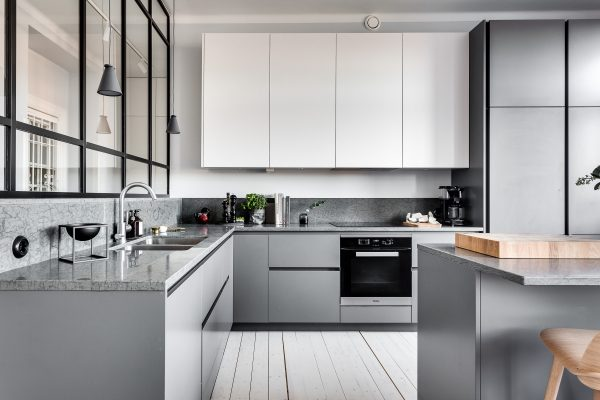 Ten un moderno mueble de cocina en color gris for Color gris acero