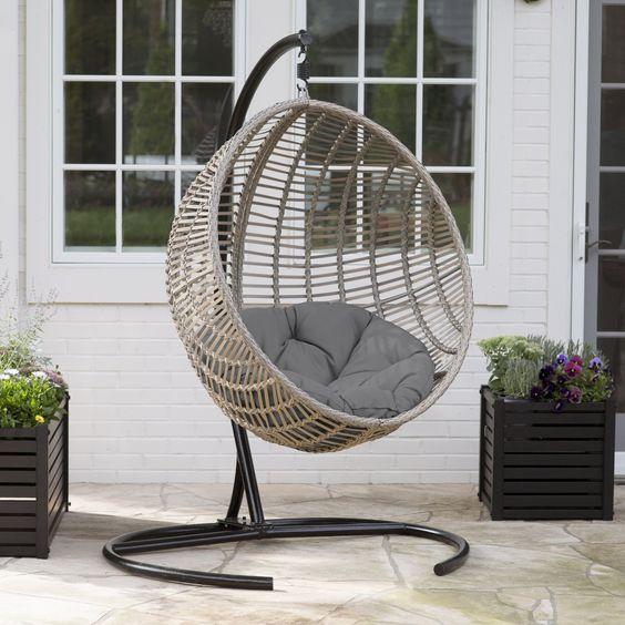 En La Terraza O Jardín También Podemos Instalar Una Silla De Mimbre  Colgante. Aquí Podemos Colgarlas Del Techo, De Un árbol O Usando Un Soporte  Metálico.