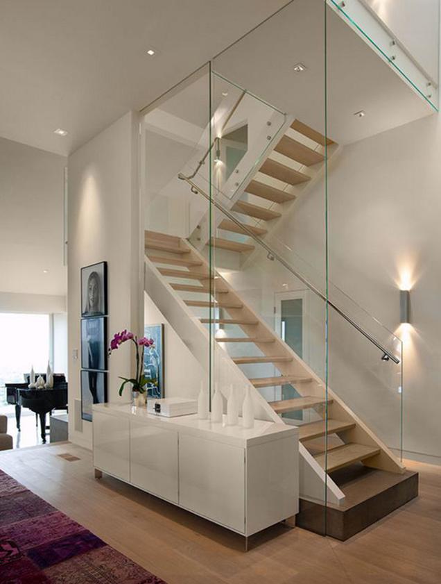 Escaleras con barandillas de cristal